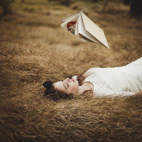 strega-con-libro-volante